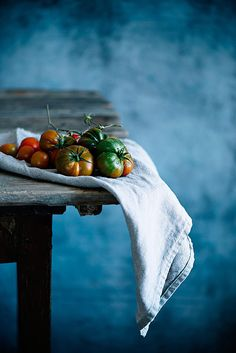 Tomatos in a dark food photography experience. Fruit And Veg, Fruits And Veggies, Photo Fruit, Foto Macro, Foto Still, Legume Bio, Dark Food Photography, Photography Reviews, Product Photography