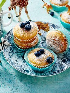 Saure-Sahne-Muffins mit Heidelbeeren verziert