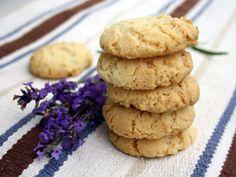 Riktiga sommarkakor som får mer lavendelsmak ju längre sockret får stå till sig innan du bakar på det.  Räcker till cirka 45 kakor.