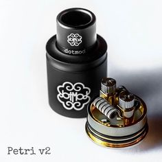 Petri produkcji Dotmod to uznany na świecie dripper, który podbił serca wszystkich użytkowników swoim wyglądam, ale przede wszystkim ogromną dbałością o szczegóły i jakość wykonania. Wersja V2 to klasycznie zaprojektowany dripper z dwoma dość sporymi słupkami do montarzu grzałek oraz dużą wanną na soczek. Petri od konkurencji wyróżniają przede wszystkim śruby, którymi dokręcami nasze grzałki…