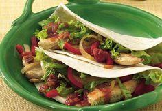 Wozu einen Tisch beim Mexikaner bestellen, wenn man köstliche Fajitas mit einer Füllung aus frischem, sautiertem Gemüse und saftigem Hühnchen mit einem Schuss Limette ganz einfach selber machen kann?