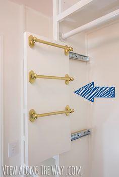Si tienes habilidad con las manos, haz en tu armario un organizador deslizable para bufandas y cinturones. | 23 Maneras ingeniosas de organizar un apartamento diminuto