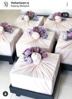 Ideas for hidden hantaran for Malay Wedding Birthday Gift Wrapping, Wedding Gift Wrapping, Wedding Gift Boxes, Creative Gift Wrapping, Wedding Gifts, Wrapping Ideas, Engagement Gift Baskets, Engagement Gifts, Wedding Gift Hampers