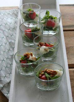 Appetizer arugula salad with mozzarella and cherry tomatoes Finger Food Appetizers, Finger Foods, Mug Recipes, Vegan Recipes, Vegan Food, Bon Ap, Tapas Party, Mozzarella, High Tea