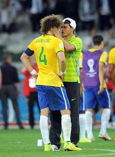Thiago Silva consolando David Luiz. = (