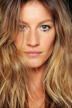 Gisele Bündchen exibe a beleza do verão 2012 da Givenchy. Gisele Bundchen, Gisele Caroline Bündchen, Gisele Hair, Brazilian Supermodel, Rio Grande Do Sul, Short Hair Cuts For Women, Twiggy, Models, Jennifer Aniston