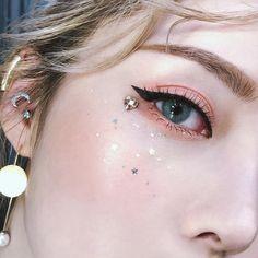 Makeup Trends 2018 - 17 beauty looks to try this year From Kirakira lips to peanut-butter eyes. Makeup Up, Pony Makeup, Makeup Brushes, Makeup Ideas, Makeup Goals, Make Up Looks, Hd Make Up, Korean Makeup Tips, Korean Makeup Tutorials