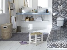 carrelage blanc et carreaux de ciment sol salle de bains
