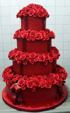 Rot eingefärbter Fondant. Torte ist daher zu 100% essbar! Rosen werden in Kleinarbeit Blatt für Blatt erstellt. Auch die Schleifen sind essbar, da auch aus Fondant. Wahnsinn oder?