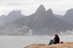 O começo de dia no Arpoador, nesta sexta-feira de mar agitado e céu nublado. Dia 29 de agosto de 2014 Foto: Márcio Alves/ Agência O Globo