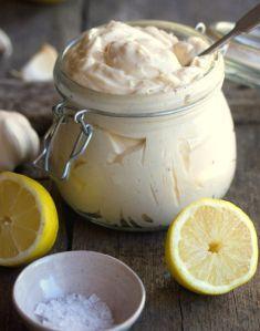 MAIONESE CASEIRA: 2 gemas 1/2 colher de chá de sal 1 colher de chá de mostarda 2 colheres de sopa de vinagre branco 2 colheres de sopa de sumo de limão 1 e 1/2 chávenas de azeite ou óleo vegetal (ou de ambos) pimenta q.b. Num liquidificador deite as gemas, o sal, a mostarda, o... Read more »