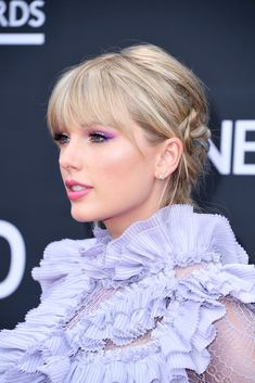 Taylor Swift Changed Her Hair Color Twice at the BBMAs, and We Can't Even Make a Salon Appointment Taylor Swift Hair Color, Taylor Swift Bangs, Taylor Swift Makeup, Photos Of Taylor Swift, Taylor Alison Swift, Red Taylor, Taylor Swift Hairstyles, Short Hair With Bangs, Hairstyles With Bangs
