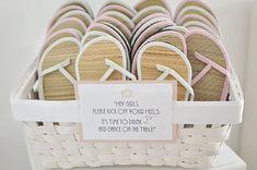 Eine super Idee: Flip Flops für die Hochzeitsgäste. Wo ihr die Flip Flops bestellen könnt, erfahrt ihr auf dem Blog http://www.lieschen-heiratet.de/dawanda/flip-flops-fuer-die-hochzeitsgaeste-2/