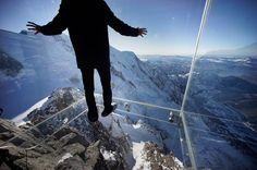 Step into the Void, tritt ins Leere: Mit diesem Slogan wird die Aussichtsplattform auf der Aiguille du Midi über Chamonix beworben. Seit Dezember 2013 ist der gläserne Raum über dem Abgrund geöffnet. In 3842 Meter Höhe eine besondere Erfahrung - auch für Schwindelfreie.