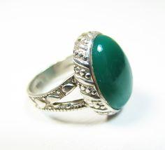 Ce bijou indien est une bague argent de taille 54 avec une pierre ovale en agate verte. La monture du bijou est travaillée de partout. L'agate verte est une pierre semi precieuse lumineuse