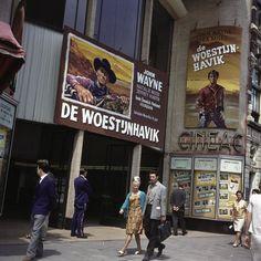 Ingang bioscoop Cineac met filmaffiches van John Wayne in de film De Woestijnhavik, Reguliersbreestraat Amsterdam 1956