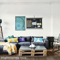 Die gemütliche Sitzecke in diesem Altbau-Wohnzimmer wird durch den DIY-Sofatisch aus zwei aneinandermontierten Europaletten komplettiert. Weitere Highlights:…