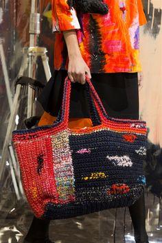 Daniela Gregis at Milan Fashion Week Fall 2015 Daniela Gregis at Milan Fashion Week Fall 2015 – Details Runway Photos Crochet Tote, Crochet Handbags, Crochet Purses, Love Crochet, Diy Crochet, Hobo Purses, Purses And Bags, Knitted Bags, Handmade Bags