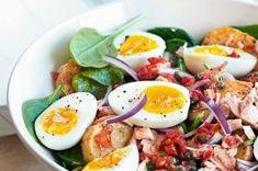 Teplý salát ve stylu Nicoise Nicoise, Cobb Salad, Healthy Lifestyle, Food And Drink, Eggs, Cooking Recipes, Tasty, Breakfast, Per Diem