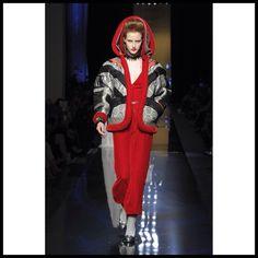 El diseñador Jean Paul Gaultier ha roto perjuicios con su más reciente colección otoño/invierno 2014-2015, la cual se ha caracterizado por estar teñida del color rojo sangriento. Cabe resaltar que en general los diseños muestran toda la grandiosidad de esta gran casa de modas, además se ha podido observar looks vampirescos y encantadores tacónes de aguja. No podemos dejar de mencionar que el desfile terminó con Gaultier de rodillas y agradeciendo a todos por su gentil asistencia.