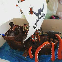 Playmobil pirate ship cake for Eddies 5th birthday Pirate cake, pirate party, pirate party ideas. Pirate food
