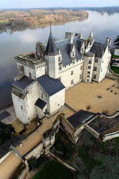 ✅ Château de Montsoreau (Maine-et-Loire), France. This is where the Vienne river flows into the Loire river. Castle Ruins, Castle House, Medieval Castle, Beautiful Castles, Beautiful Buildings, Photo Chateau, Modern Castle, Belle France, Saumur