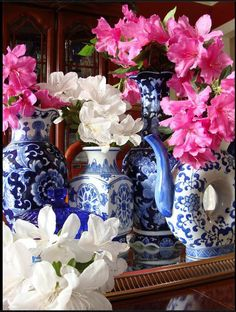 Blue Spode vases with pink flowers.  So pretty!