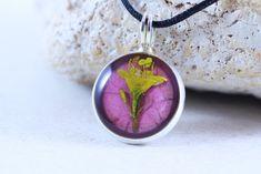 """Pandantiv """"Stă ca o vrajă"""" Artisan, Lily, Pendant Necklace, Crafts, Gift Ideas, Watches, Group, Jewelry, Board"""
