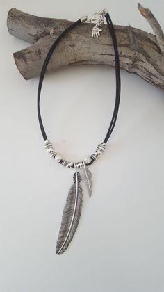 Leather Pearl Necklace, Leather Jewelry, Pendant Jewelry, Beaded Jewelry, Beaded Bracelets, Diy Necklace, Necklace Designs, Diy Collier, Feather Necklaces