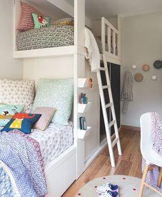 En las camas de los niños. La ropa de cama es de Ferm Living y los cojines con animales son el modelo  Dots de Littlephant.