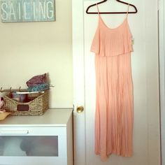 NWT gorgeous salmon pleated maxi dress Size Medium NWT salmon colored pleated maxi dress. This dress is beautiful and identical to the one Carrie wears on the beach in sex and the city 2. The pictures really don't capture it. The top has a stretchy elastic underprice. It's a midi length and just beautiful. Size M can def fit a large. Brand Audrey 3+1. Perfect summer dress. Tags still attached! Audrey 3+1 Dresses Midi