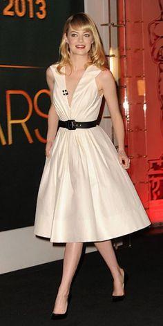 EMMA STONE    La linda actriz fue una de las encargadas de dar a conocer la lista de nominados al Oscar de este año. El pronunciado escote de su vestido de la colección Primavera 2013 de Andrew Gn acaparó muchas miradas. Emma completó su look con joyas de Sydney Evan y pumps negros de Christian Louboutin.
