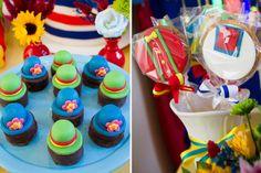 A alegria dos palhaços Patati Patatá contagiou afesta de 2 anos da Lorena! A decoração ficou por conta da Malu Mattos, que criou uma mesa bem colorida, re