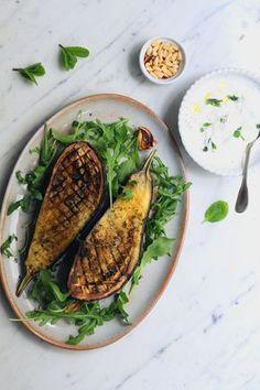 Aubergines rôties au thym, sauce yaourt grec feta et menthe #recettefacile #recetteautomne