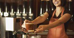 Ideas para decorar una cafetería. Una cafetería debe ser un lugar agradable donde la gente se sienta a gusto para reunirse, leer un libro o trabajar mientras disfruta de un rico café con algo sabroso para comer. Toda la ambientación, desde los muebles y la vajilla hasta la música, debe completar un mismo estilo y tener como principal objetivo maximizar el confort de los clientes. ...