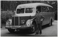 Chauffeur J. Kreij voor de Mercedesbus van Autobusdienst F. van Asten. Deze bus reed pendeldienst voor Philipspersoneel naar Eindhoven. 1. J. Kreij;  Asten, van (fotograaf)