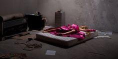 Los cuentos de princesas exaltan valores, nos envuelven en un mundo de ilusión, esperanza y fantasía. El artista ThomasCzarnecki intenta mostrar el contraste entre la ingenuidad de los cuentos de hadas y las imágenes crueles de la realidad que aparecen en los medios de comunicación.El fotógrafo francés recreó las muertes de lasprincesas de Disneyy capturó […]