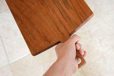 Cherry wood cutting board with large handle http://www.studiokotokoto.com/2012/10/23/izutsu-yoshiyuki-a-craftsmans-deep-respect-for-wood/