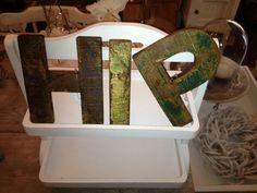 Je ziet ze in alle woonbladen terugkomen; (sloop)houten letters!  Aan de wand, in een kast of op een schap. Willekeurige letters of vorm zelf een woord.