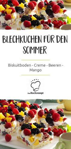 Für uns der perfekte Blechkuchen im Sommer: Auf einen fluffigen Biskuitboden kommt eine Creme mit köstlichen Beeren und Mangostücken. Wir sind uns sicher: Das wird dein neuer Lieblings-Sommerkuchen! #daskochrezept #blechkuchen #kuchen #vomblech #onetray #traybake #sheetcake #beeren #mango #creme #biskuit #sommer #sommerrezept #sommerkuchen #bunt
