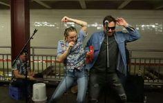 Miley Cyrus y Jimmy Fallon cantaron en el subte de Nueva York La música se hizo pasar por una artísta callejera y cantó en una estación de subte junto al cómico, Jimmy Fallon http://asistenteadomicilio.blogspot.com.ar/