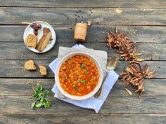 Χυλωμένη και μερακλίδικη φασολάδα How To Soak Beans, Bean Soup Recipes, Weekday Meals, Kalamata Olives, Savoury Dishes, Other Recipes, Chana Masala, Soups And Stews, Gastronomia