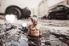 Isaac Cordal est un street artist espagnol qui plutôt que le graphe ou les fresques recourt à la sculpture miniature mise en situation. Il souhaite ainsi souligner les méfaits de la post-modernité.
