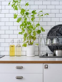 Cute Retro Style Ideas For Your Interior Home Design 12 Kitchen Interior, New Kitchen, Interior Design Living Room, Kitchen Dining, Kitchen Decor, Kitchen Tiles, 50s Style Kitchens, Cool Kitchens, Ikea Kitchen Trolley