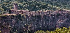 Castelfullit de la roca. Catalunya - Castellfullit de la Roca (oficialmente y en catalán Castellfollit de la Roca) es un municipio español de la comarca de La Garrocha, en la provincia de Gerona, dentro de la comunidad autónoma de Cataluña. Pertenece al partido jurídico de Olot. Castellfullit de la Roca es uno de los términos más pequeños de España con menos de 1 km2 de superficie. Es el segundo más pequeño de Cataluña y el más pequeño de la provincia de Gerona.  La cantera de basalto de…
