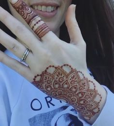 Awesome design and stain 😍😘 Credit for vid ❤ ______________________________ Are you interested in Learning Henna Art ? Modern Henna Designs, Henna Art Designs, Mehndi Designs For Girls, Mehndi Designs For Beginners, Mehndi Design Photos, Beautiful Mehndi Design, Latest Mehndi Designs, Mehandi Designs, Mehndi Images