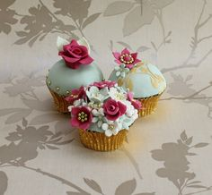 Vintage-style cupcakes for Mother's Day made by designer Lisa Maylin, owner of Cake Cucina in Verwood, Dorset, England...gorgeous!
