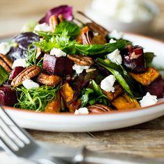 Voller Aromen-Mix in einem Salat - Fenchelblätter sorgen für einen feinen Anisgeschmack, Süßkartoffel für den Hauch Süße und Rote Bete für eine erdige Note. Verfeinert mit würzigem Ziegenkäse und knackigen Pekannüssen ist diese gesunde Hauptspeise eine willkommene Abwechslung auf dem Teller.