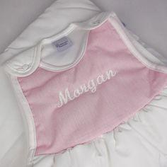 Saco de dormir con el nombre del bebé Solo tienes que ponerle a tu bebé su pijamita y después el saco y listo para dormir. No se destapará y estará calentito y tampoco acabará con la manta encima de la cabeza. Este saco esta acolchado y es de talla única de 4 meses (que es cuando el bebé empieza a moverse) a 16 meses aproximadamente. Si quieres podemos bordar el nombre del bebé en la parte superior. Composición: 100% algodón, largo 66cm. 34,00 €