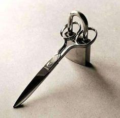 Para evitar que sua tesoura de tecido seja usada para cortar papel e outros...